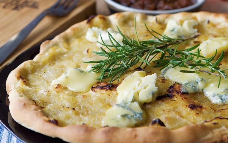 Pizza aux oignons caramélisés, au romarin et au Cashel Blue